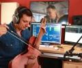 5_Andreas spielt die Guitarviol_Foto Hagen Wolf
